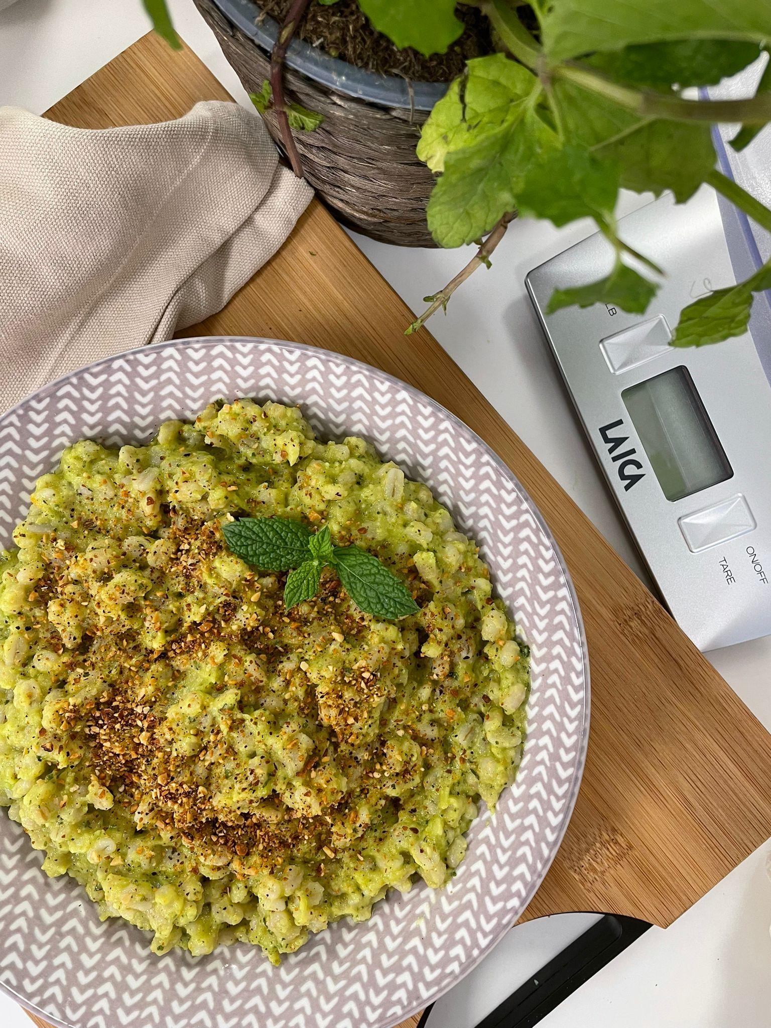 orzo-con-crema-di-zucchine-e-avocado